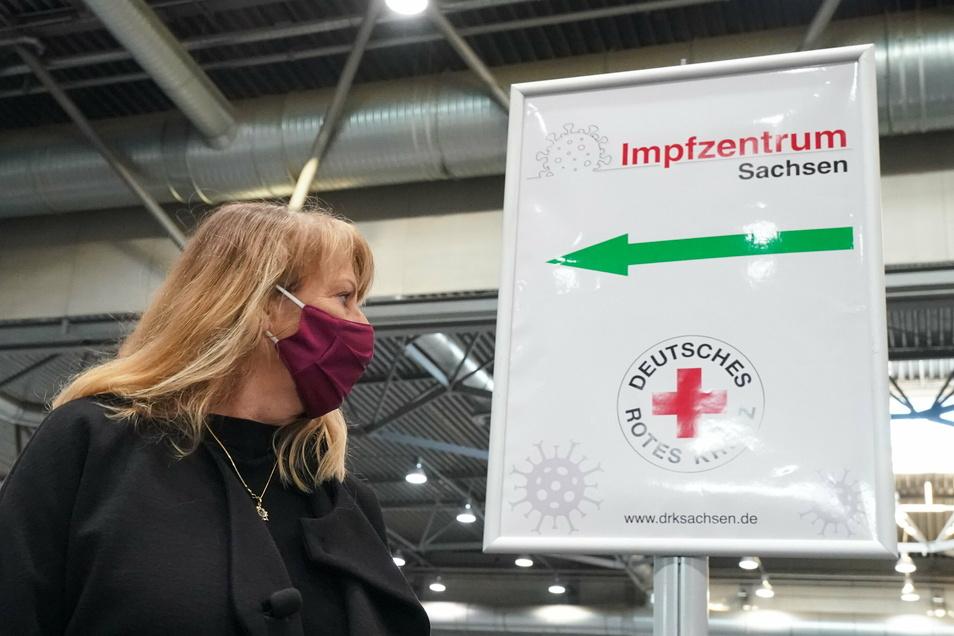 Sachsens Gesundheitsministerin Petra Köpping (SPD) besichtigt das Impfzentrum auf der Leipziger Messe.