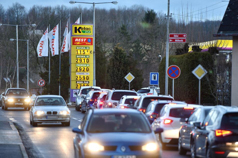 In Seifhennersdorf gibt es lange Schlagen an den Tankstellen.