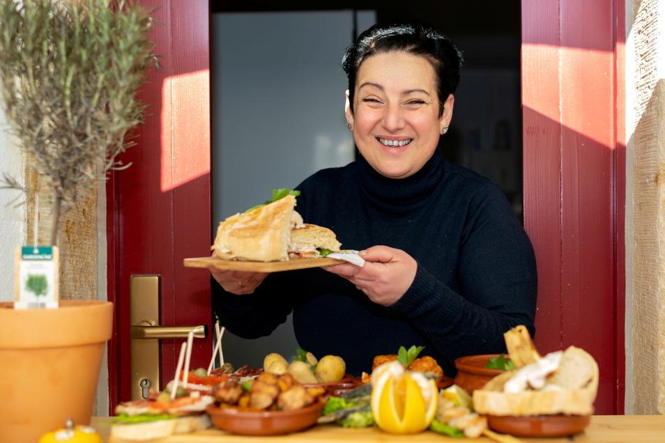 """Es ist angerichtet: Beatriz Hetzke mit selbst gemachten Tapas in ihrem Restaurant """"Tasca las Flores"""" in Königstein."""