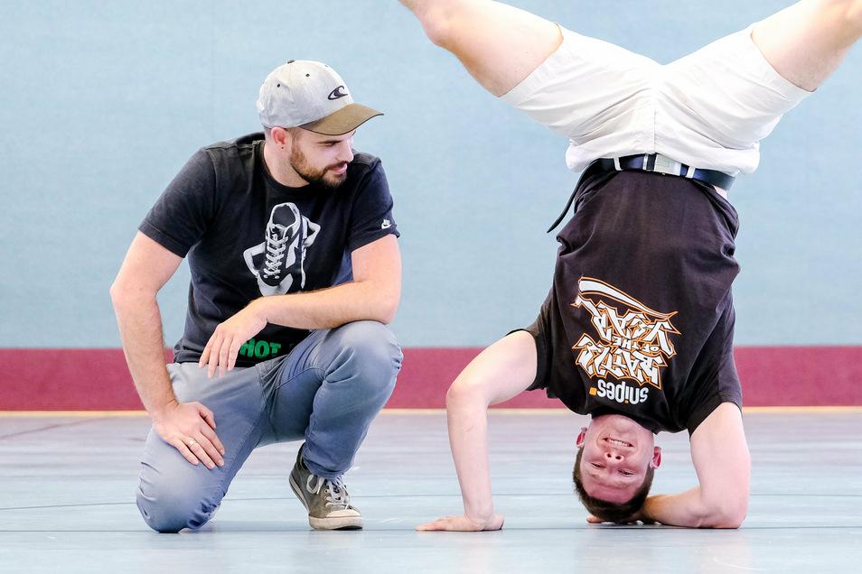 Patrick Friedrich (r.) trainiert in der Grundschule Mitte junge Breakdancer. Am Sonnabend veranstaltet er mit Patrick Schöne (l.) vom Dresdner Verein Drehmomente einen Nachmittag mit vielen Angeboten für junge Leute.