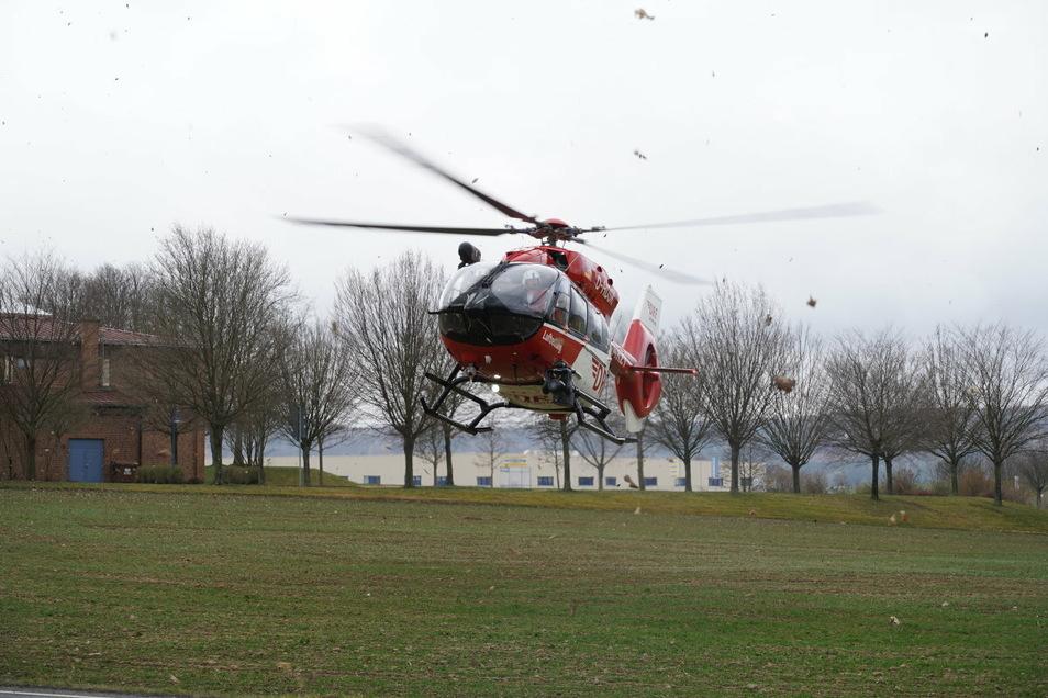 Die zwei Fahrer der Autos mussten beide schwer verletzt ins Krankenhaus gebracht werden; auch ein Rettungshubschrauber war im Einsatz.