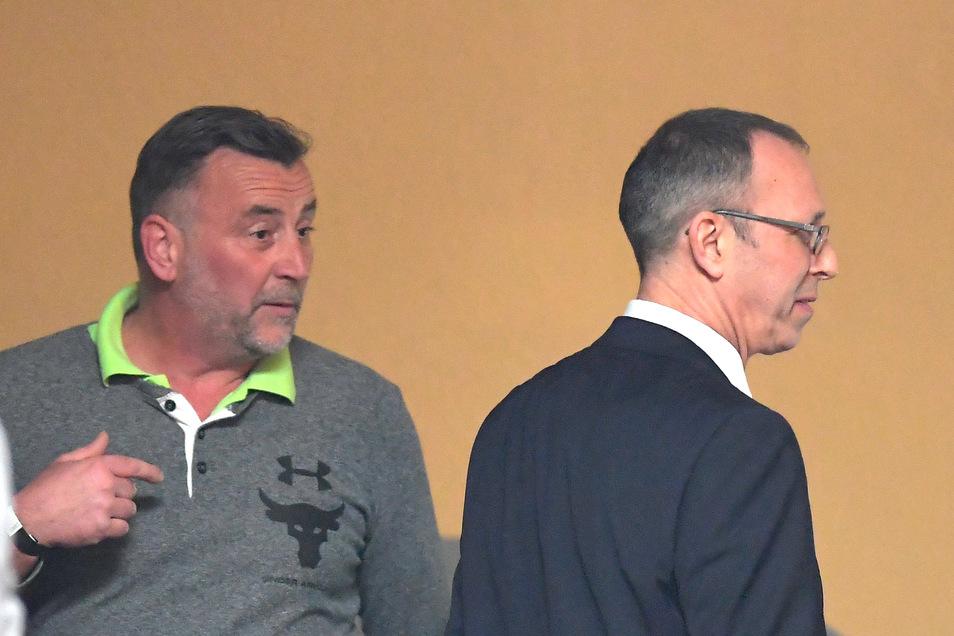 Lutz Bachmann (l), Mitbegründer von Pegida, und Jörg Urban, gerade als Nachfolger von Frauke Petry gewählt, begegnen sich im Veranstaltungssaal des AfD-Landesparteitages im Februar 2018 in Hoyerswerda.