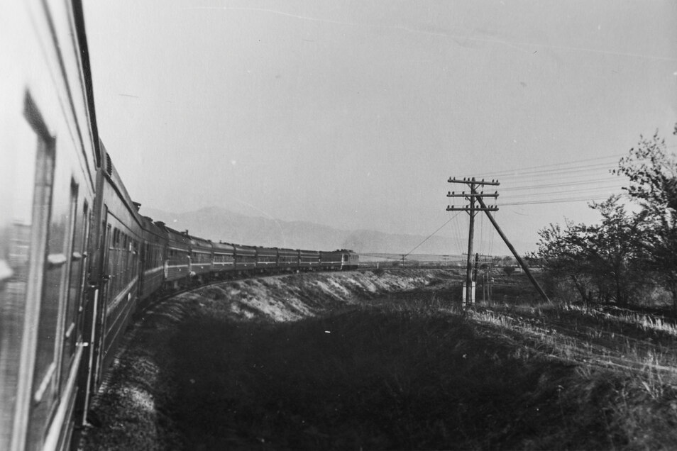 Annäherung ans Gebirge: Mit der sowjetischen Staatsbahn rollen die Bergfreunde von Taschkent nach Samarkand.