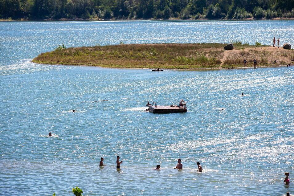 Beliebtes Gewässer mit guter Wasserqualität: Viele Menschen genießen am Badesee Birkwitz die Abkühlung.