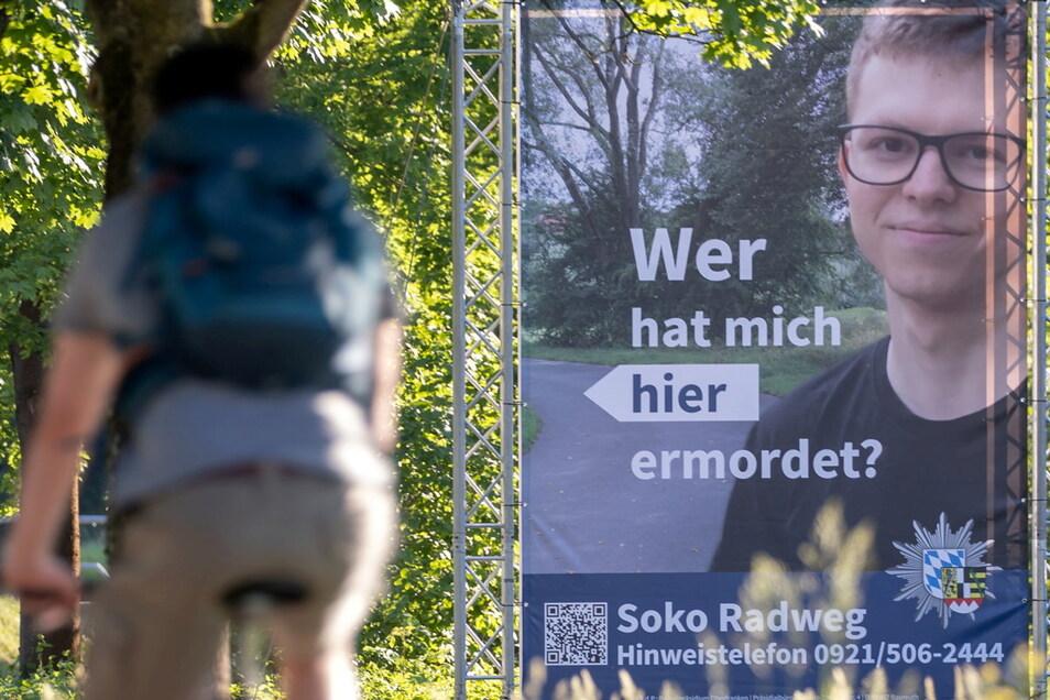 Mithilfe dieses Plakats sucht die Polizei nach einem Täter, der im Sommer 2020 einen 24-Jährigen in Bayreuth umgebracht haben soll.