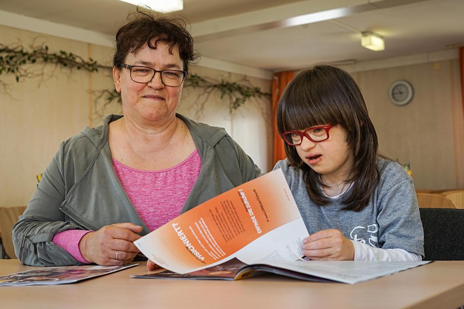 Katrin Henke und ihre Tochter Hanna sitzen im Speiseraum der Freien Schule in Weißenberg. Dort besucht das Mädchen mit Downsyndrom die 5.Klasse.