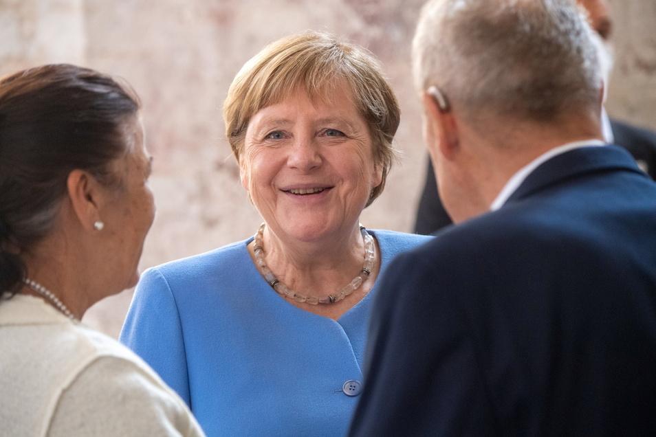 Bundeskanzlerin Angela Merkel (M, CDU) bedankt sich bei Weggefährten ihrer ersten Zeit in Stralsund, etwa dem Ehepaar Zimmer in der Stralsunder Kulturkirche St. Jacobi.