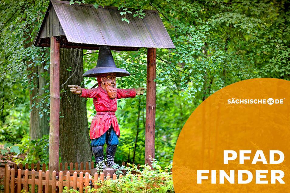 """Am zaubermächtigen Räuber und seinen Abenteuern kommt auf dem Pumphut-Steig niemand vorbei. Direkt gegenüber dieser Figur gibt es in der Gaststätte Jägerhaus sogar den """"Pumphut-Zaubertrank""""."""