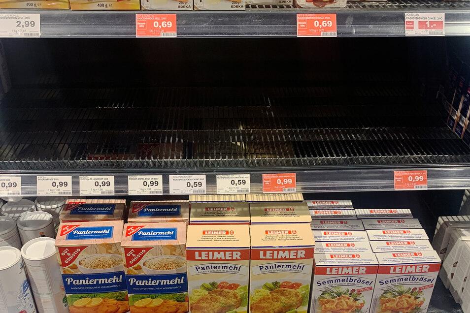 Leer geräumt ist das Regal für Brotbackmischungen in einem Supermarkt. Die Angst vor dem Coronavirus sorgt inzwischen für erste Hamsterkäufe in Deutschland.