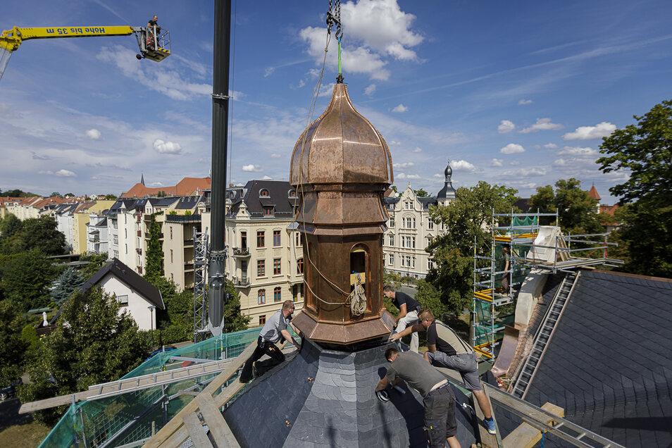 Am Donnerstag, gegen 12 Uhr, hängt das Türmchen der Villa Goethestraße 5 noch am Kranhaken
