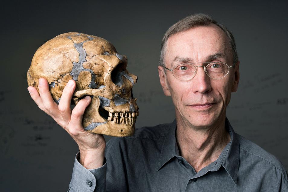 Svante Pääbo, Direktor am Max-Planck-Institut für evolutionäre Anthropologie in Leipzig, hält einen Neandertaler-Schädel in der Hand. Sein Institut entschlüsselt uralte Gene.