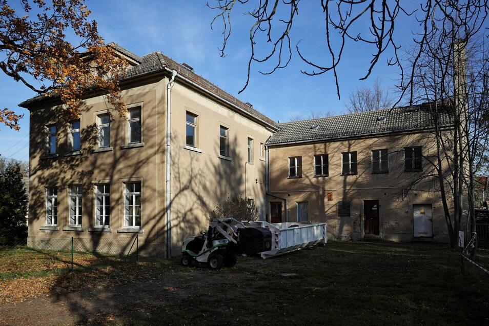 Platz für einen Schulhof gäbe es auf jeden Fall - hinter dem zweistöckigen Gebäude, das direkt neben der Dorfkirche Jahnishausen steht.