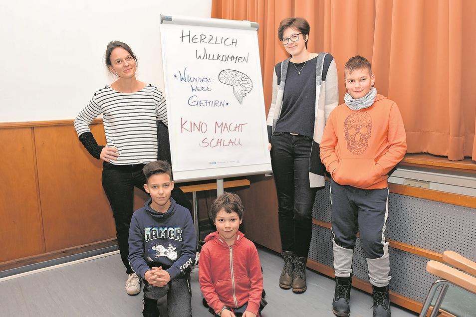 """Diana Mehmel (links) und Franka Bergmann freuen sich gemeinsam mit den Kindern Konstantin, Alfons und Noah auf die Premiere von """"Kino macht schlau."""""""