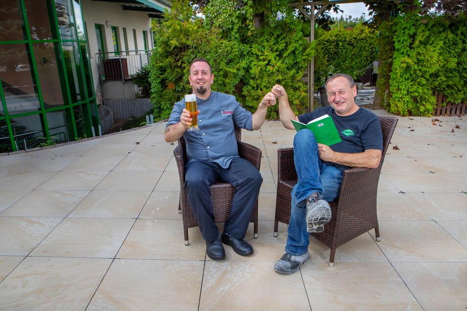 Geschafft! Marko UIlrich (links) und Jürgen Dräger freuen sich über die neue, 60 Quadratmeter große Fläche für den Biergarten.