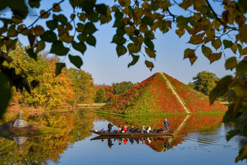 Die Seepyramide steht im Fürst-Pückler-Park. Auf der Pyramide wächst wilder Wein, dessen Laub sich herbstlich verfärbt. Die von Hermann Fürst von Pückler-Muskau in Branitz mit großem Feingefühl komponierte Parkanlage gilt als der letzte der große