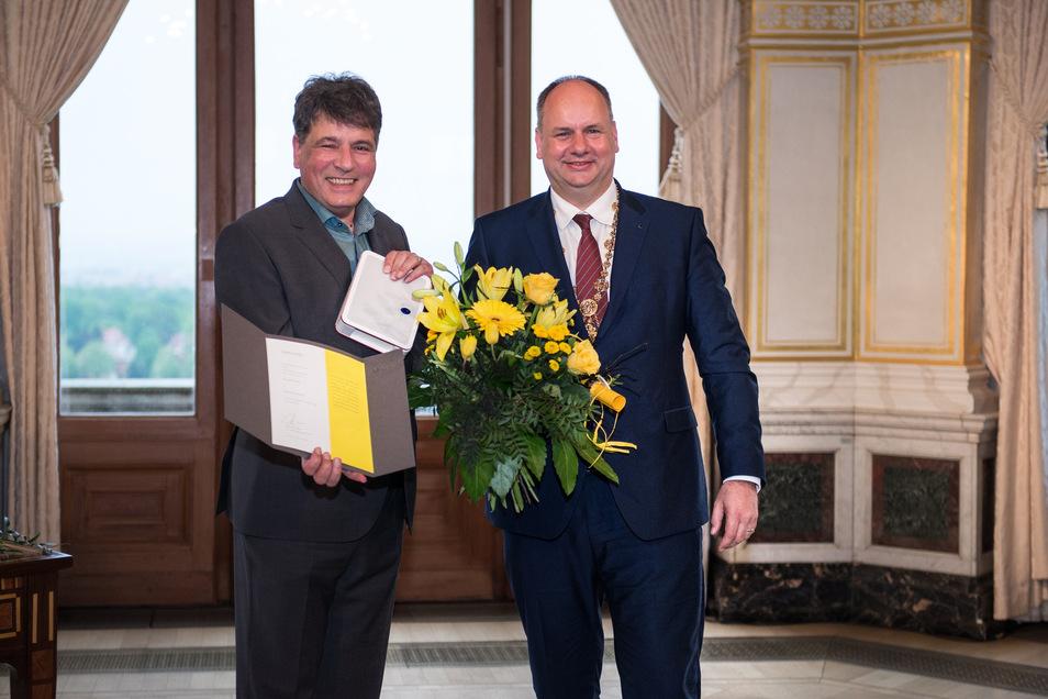 Marcel Beyer (l.) erhielt den Kunstpreis 2019 aus den Händen von Oberbürgermeister Dirk Hilbert.