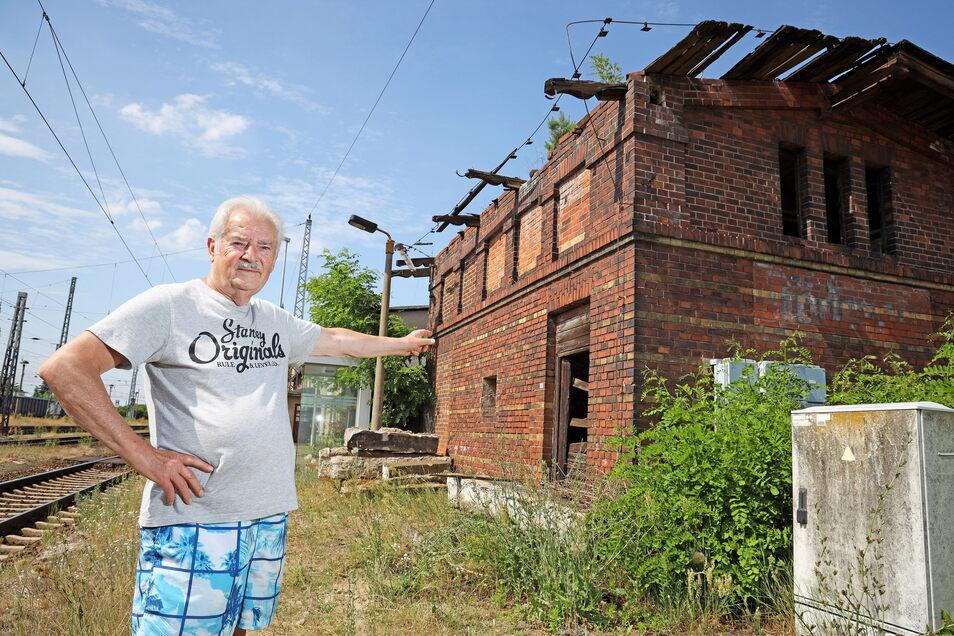 Peter Topplep zeigt auf die Ruine in seiner Nachbarschaft. Das frühere Toilettenhaus am Röderauer Bahnhof hat schon bessere Zeiten erlebt.