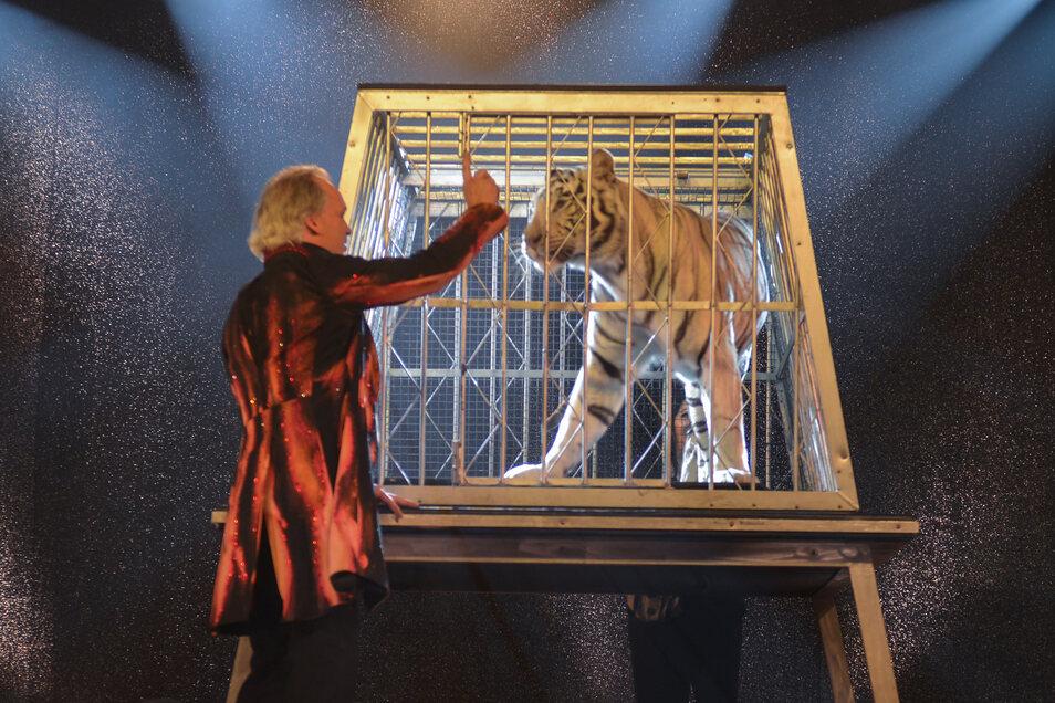 Magische Momente: Sarrasani im Trocadero mit Tigerin Kaya.
