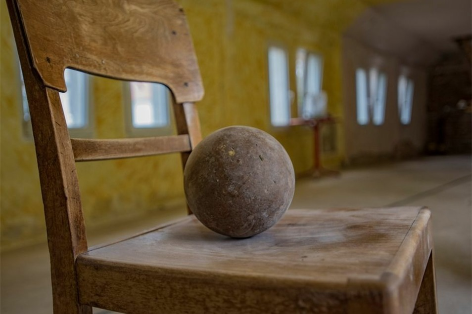 Aufheben möchte sich der Bauherr übrig gebliebene Utensilien, wie Kugeln und Stühle.