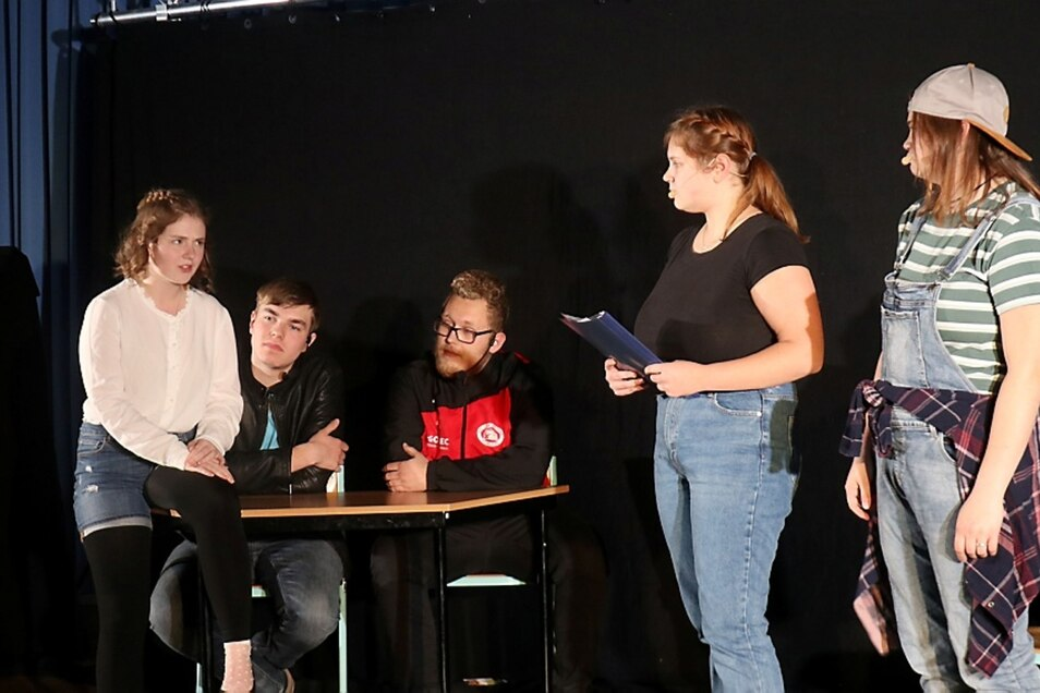 """Im Theaterstück """"Umbruch im Klassenzimmer"""" spielten Lara Anna Berton, Friedrich Rösel, Niklas Hentschel, Mariann Lisa Berton und Kimberly Vivien Stuckas (v.l.n.r.)."""