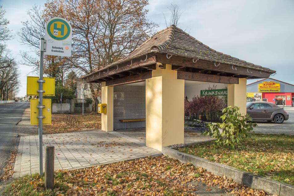 Das zur Toilette verkommene Bushäuschen am Rothenburger Krankenhaus (links) hat die Stadt umgebaut und für mehr Einblick gesorgt.
