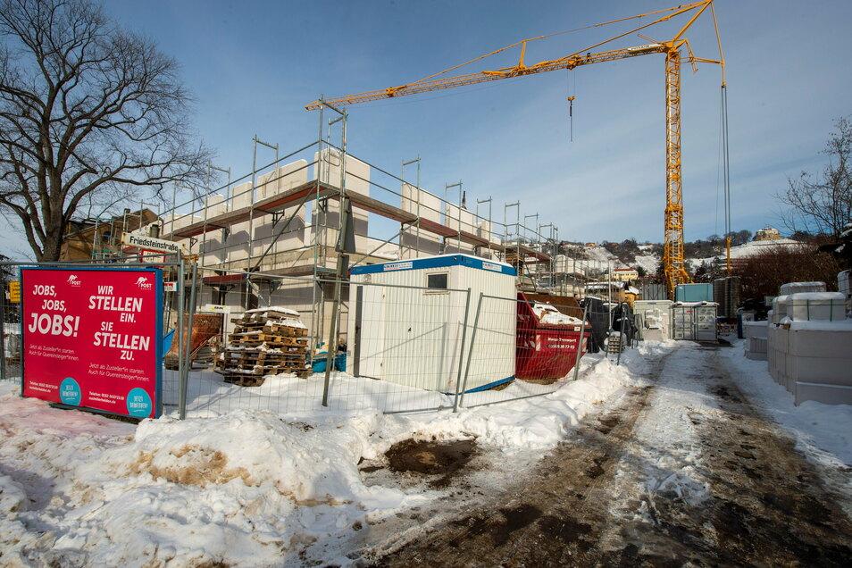 """Unter dem Schnee ist derzeit nicht zu erkennen, dass Baucontainer, Kran und Baumaterial auf der Friedsteinstraße stehen. Sie wurde für die Baustelle """"Quartier Wackerbarth"""" gesperrt."""