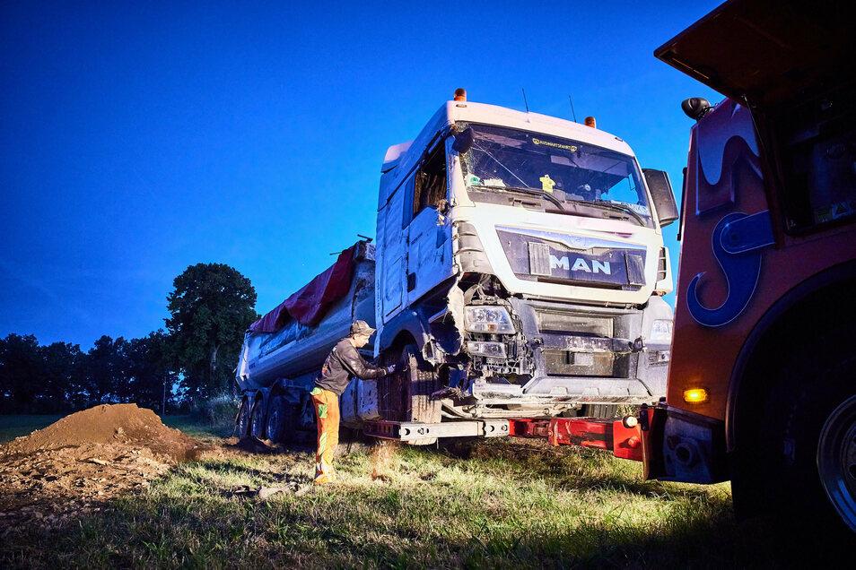 Bei dem Unfall wird der Fahrer des Sattelzuges verletzt.