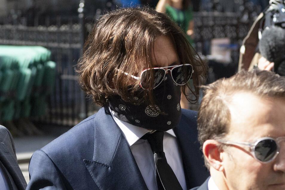 Johnny Depp (r) am Dienstag vor dem High Court in London.