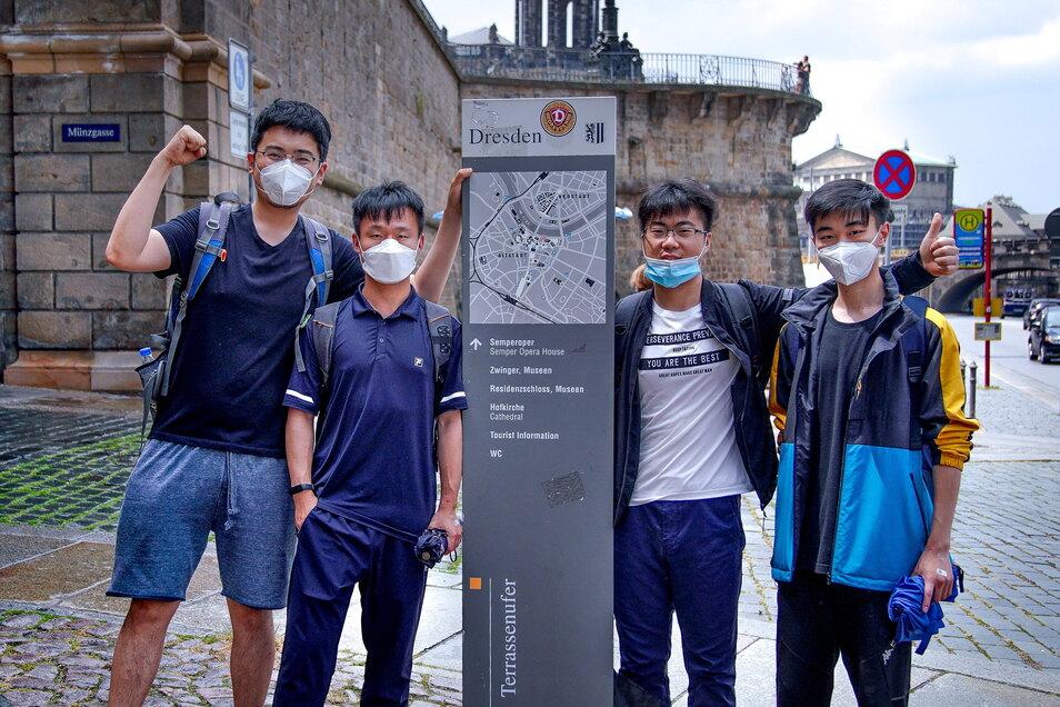 Wirklich weitgereiste Gäste sind noch rar in der Stadt. Doch diese vier chinesischen Touristen freuen sich am Sonnabend über ihre Zeit zwischen historischen Mauern und Sehenswürdigkeiten.