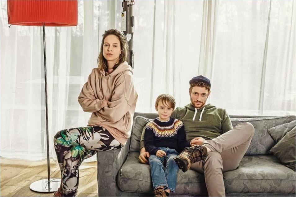 Der kleine Janosch (Emil Brosch) zwischen den Corona-Fronten: Mutter Melanie (Lisa Bitter) glaubt an Verschwörungstheorien und Vater Lars (Daniel Donskoy) will seiner Frau beweisen, dass das alles Unsinn und er kein Schlafschaf ist.