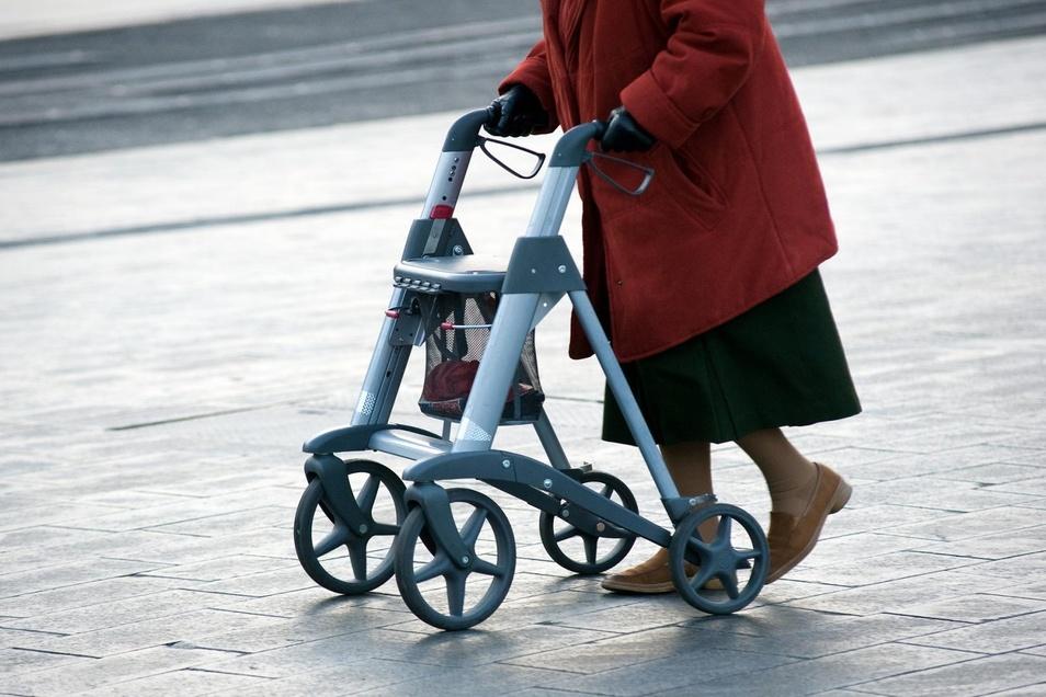 Mehr Sicherheit beim Gehen: Ein Rollator kann auch helfen, einen schwächeren Gleichgewichtssinn abzumildern.