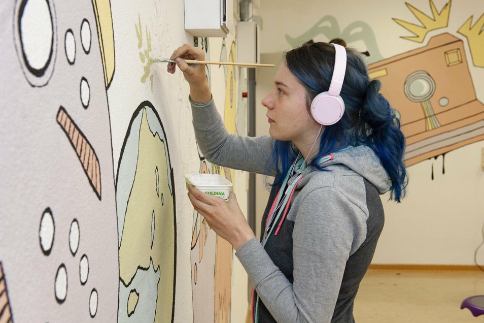 Innerhalb der letzten vier Tage entstanden kleine und große Kunstwerke: Melanie Jacob ist noch dabei, die vorgezeichneten Motive auszumalen.