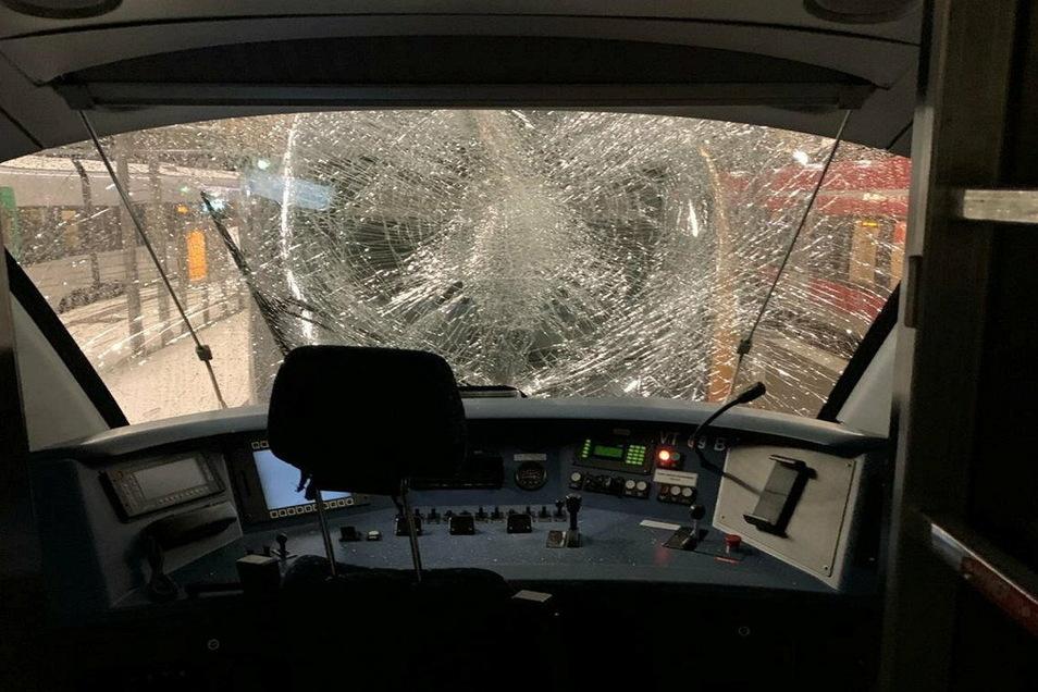 So sah die Frontscheibe des zweiten Zugteils nach der Attacke aus.