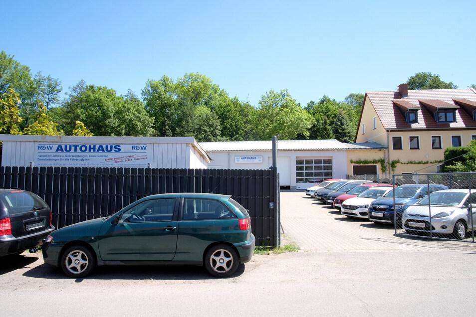Streit gibt es um diese Autowerkstatt in Niederjahna, Stört sie den Denkmalschutz?