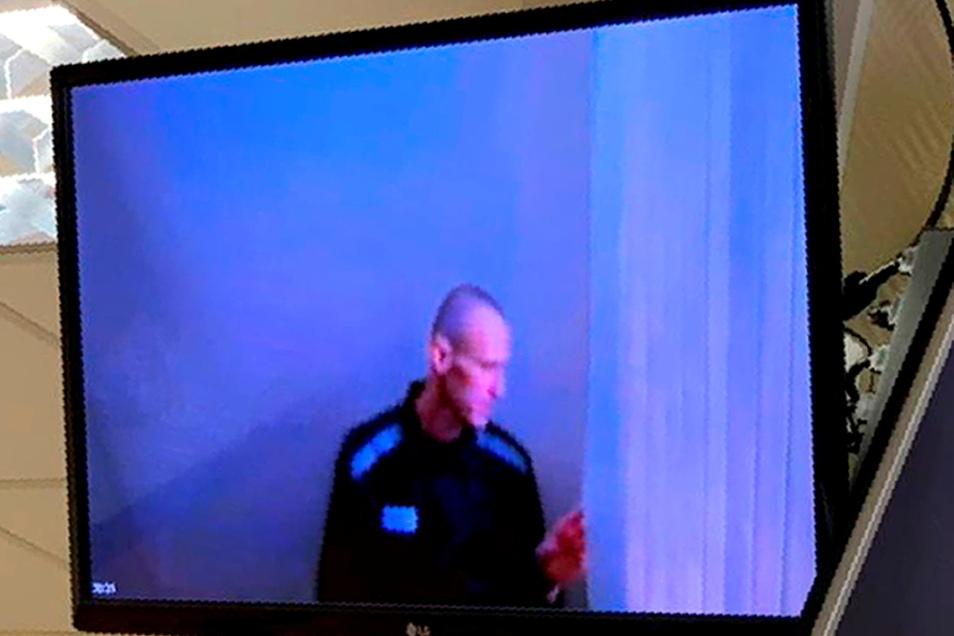 Nawalny auf dem TV-Bildschirm während der Anhörung.
