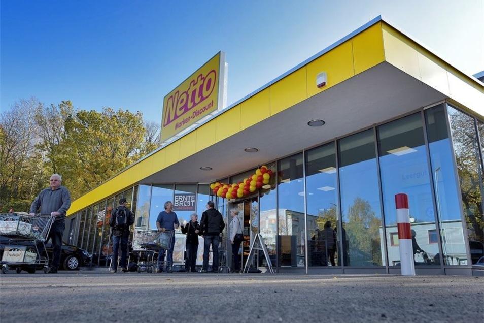 Von außen wird der neue Markt von einer großzügigen Glasfassade und der Farbe Gelb dominiert.