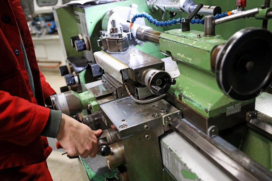 Lehrlinge lernen am Qualifizierungszentrum Riesa den Umgang mit Metall kennen. Aber welche Herausforderungen warten morgen auf Handwerker?
