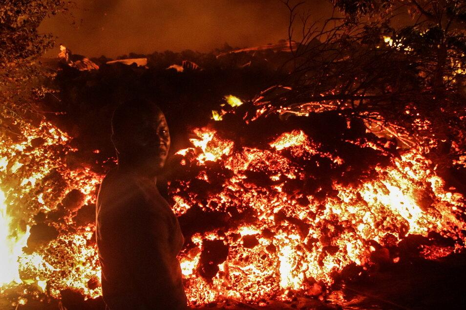 Eine Person steht vor der Lava vom Ausbruch des Mount Nyiragongo in Buhene, am Stadtrand von Goma in den frühen Morgenstunden.
