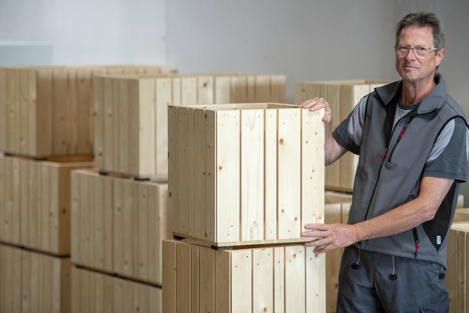 Klaus Junker von der Gut Leben gGmbH Bannewitz zeigt die von ihm entworfenen Papierkörbe, die nun bemalt werden sollen.