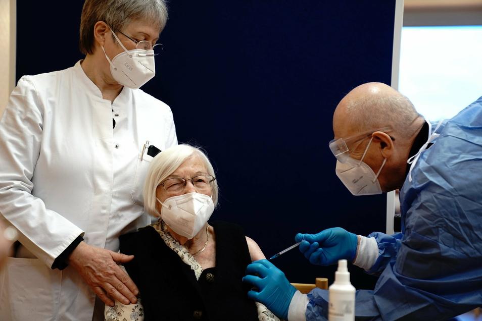 Die 101-jährige Gertrud Haase (M) wird in einem Berliner Pflegeheim gegen das Coronavirus geimpft. Am Sonntag haben die Corona-Impfungen mit dem Covid-19 Impfstoff von Biontech/Pfizer in Deutschland begonnen.