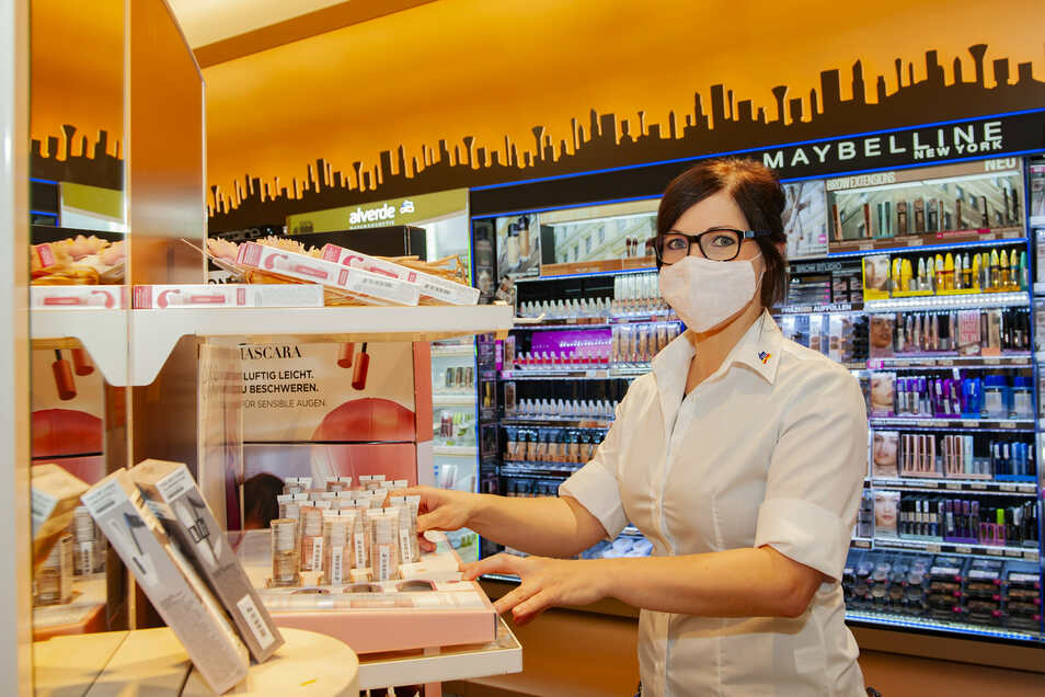 Nach einer Modernisierung im dm am Frauenmarkt eröffnet er wieder mit frischem Anstrich. Filialleiterin Christiane Ernst freut sich über die neu gestaltete Skyline der Kosmetikabteilung.