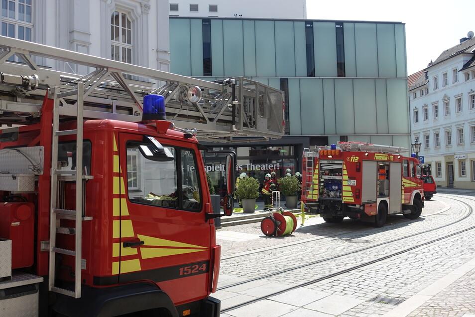 Die Feuerwehr ist zu einem Brandeinsatz zum Theater ausgerückt.