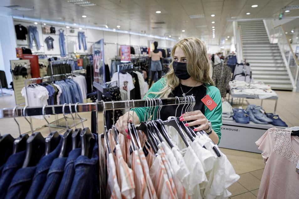 Oliwia Klakowska, Filialleiterin bei C&A in Görlitz, sortiert Kleidung. Die Maske ist während ihres Arbeitstages Pflicht.