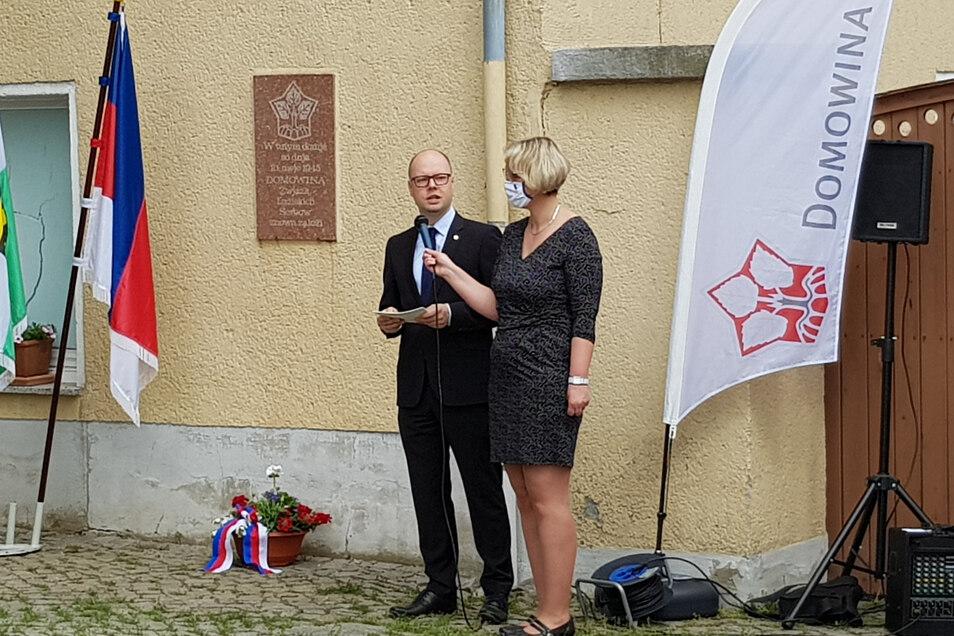 Die Gedenkveranstaltung anlässlich des 75. Jahrestages der Wiedergründung der Domowina wurde vom Vorsitzender Dawid Statnik eröffnet. Regionalsprecherin Katharina Jurkowa trug eine Corona-Schutzmaske mit sorbischem Signet.
