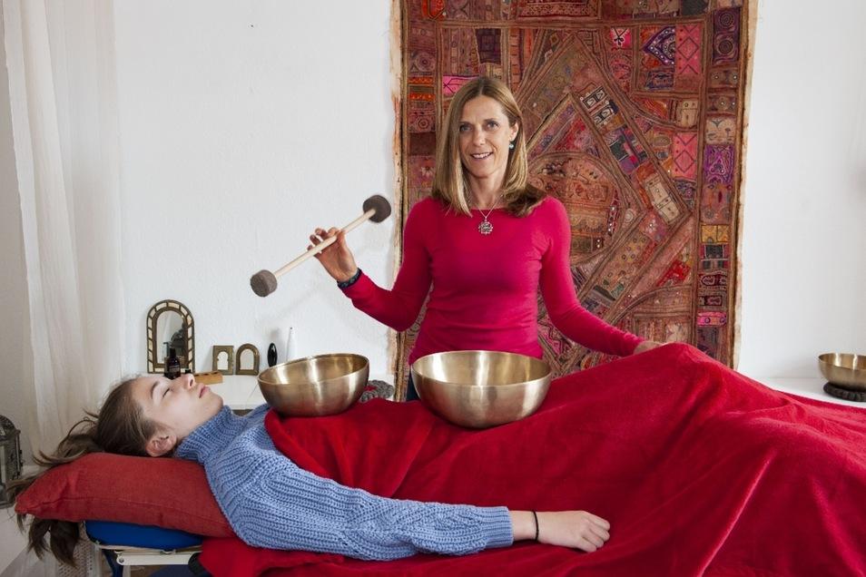 Kerstin Lorbeer gibt hier Leticia eine Klangmassage.