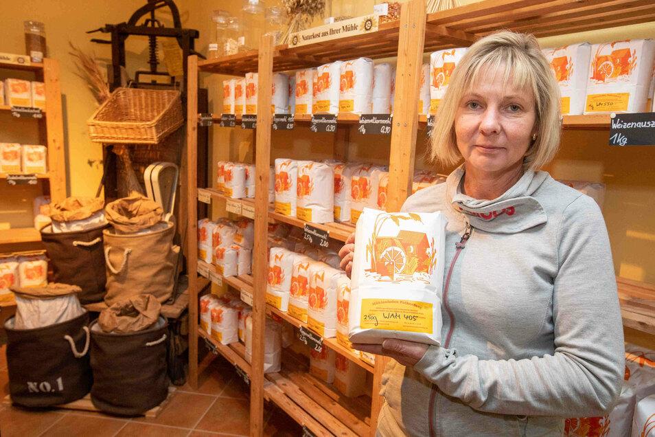 Simone Schleußner hat im Hofladen alle Hände voll zu tun. Zurzeit ist das Mehl besonders begehrt. Es gibt aber auch noch andere regionale Produkte.