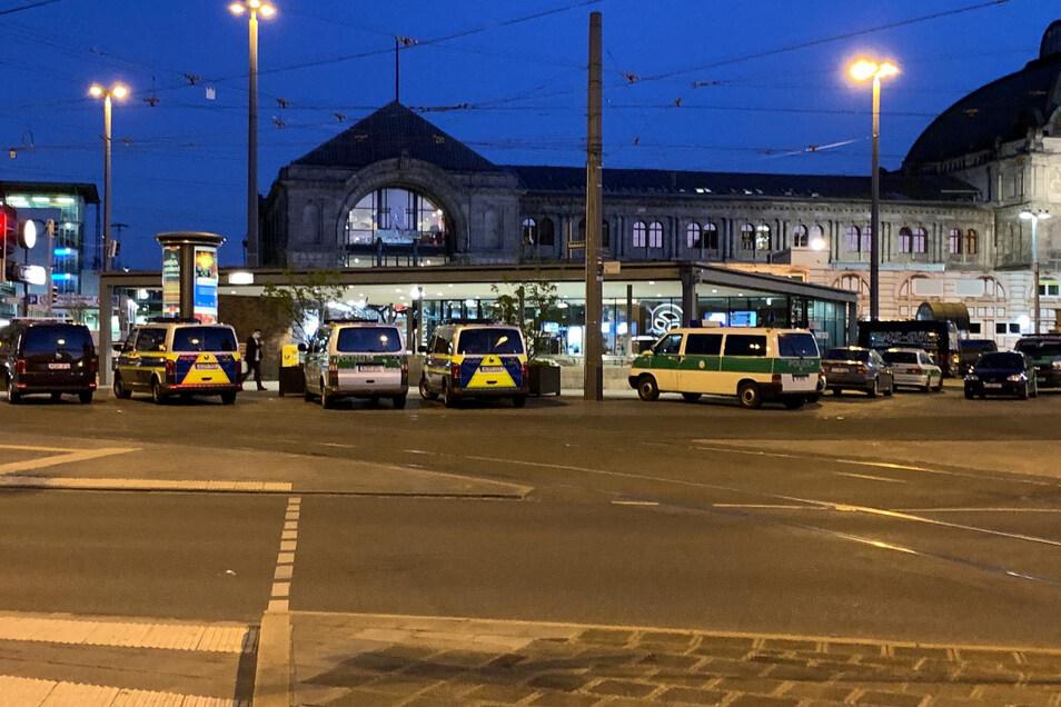 Zahlreiche Streifenwagen und Zivilfahrzeuge der Polizei stehen auf dem Platz vor dem Hauptbahnhof in Nürnberg. Dort haben sich 40 Jugendliche offenbar gezielt für eine Massenschlägerei verabredet.