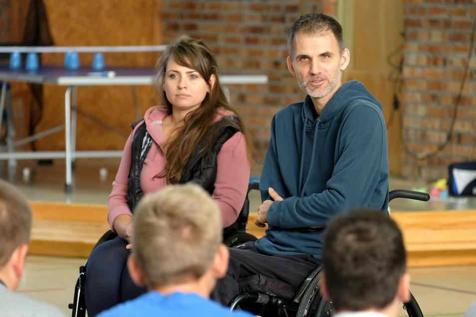 Perspektivenwechsel an der Kalkbergschule Meißen: Der Paralympics-Sieger zeigt, dass Volleyball, Basketball und Tischtennis auch im Rollstuhl kein Problem sind.
