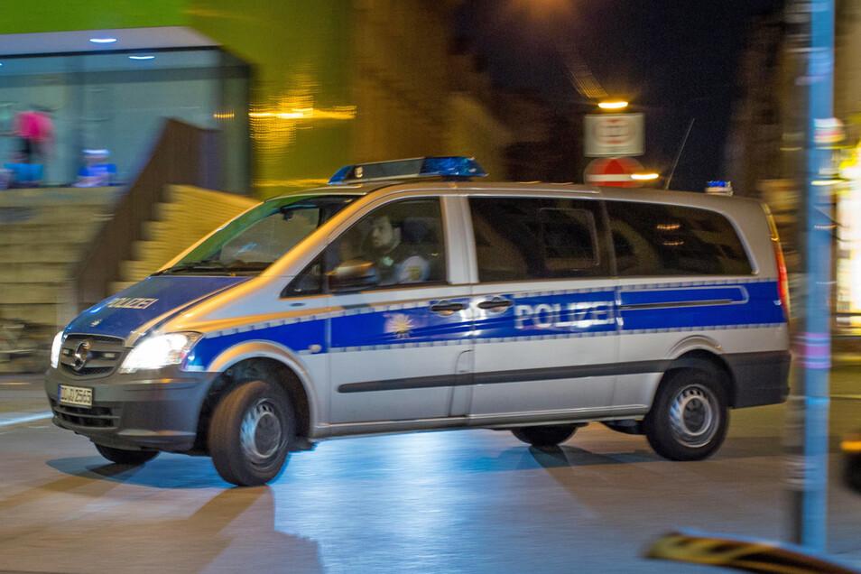 Ein Polizeifahrzeug in der Neustadt