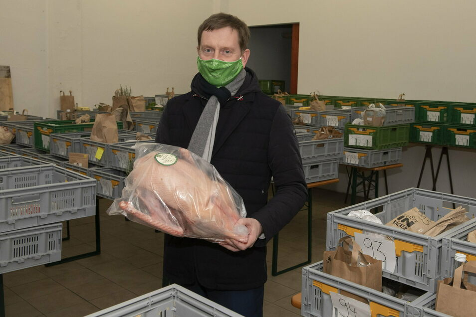Jedes Jahr, selbe Zeit - und doch anders. Sachsens Ministerpräsident Michael Kretschmer kauft seine Weihnachtsgans traditionell in Welxande. Dieses Mal holte er sie in Dresden bei den Marktschwärmern ab.